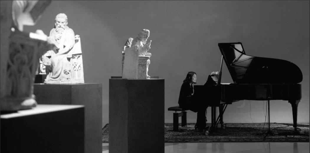 Pianistin Pi-hsien Chen am Flügel im Museum